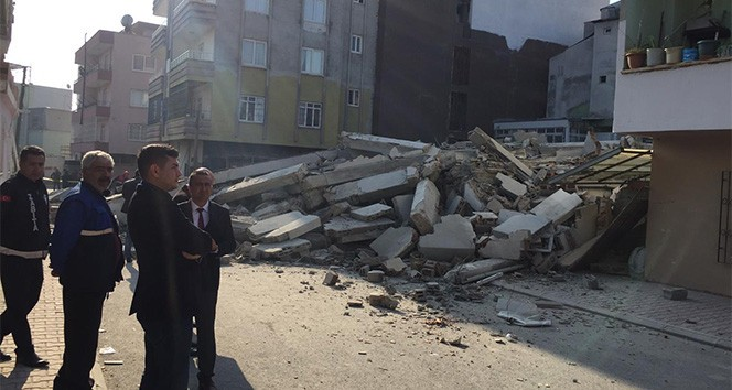 Mersin'de 5 katlı bina çöktü!