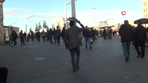Taksim'de bu adamı görürseniz dikkatli olun!