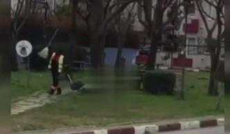 Süpürgesiyle dans ederek çöp toplayan işçi sosyal medyayı salladı
