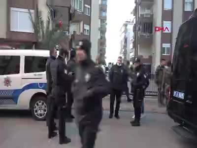 Antalya'da birlikte yaşadığı kadını rehin aldı, 'Koronavirüslüyüm' diyerek polise tükürdü