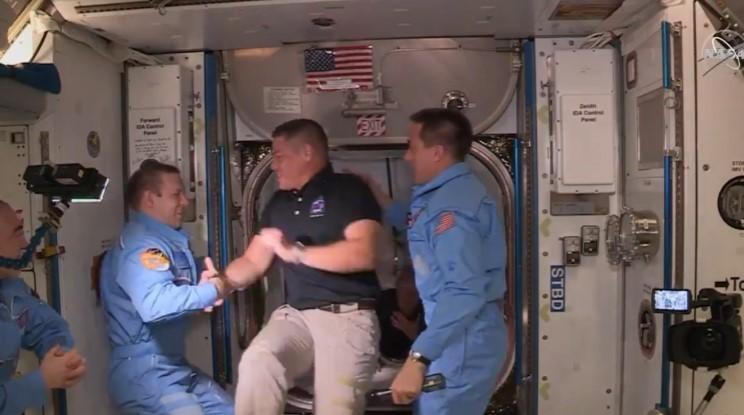 Astronotlar Crew Dragon kapsülünden Uluslararası Uzay İstasyonu'na geçti