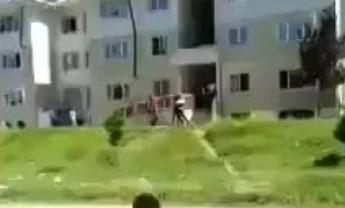 Adana'da polis 13 yaşındaki çocuğa ve babasına evlerinin önünde silah çekti!