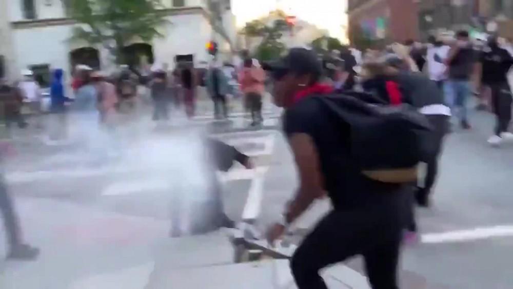ABD'deki gösterilerde polise atmak için kaldırım taşını söken kişiyi göstericiler yakalayıp polise teslim etti