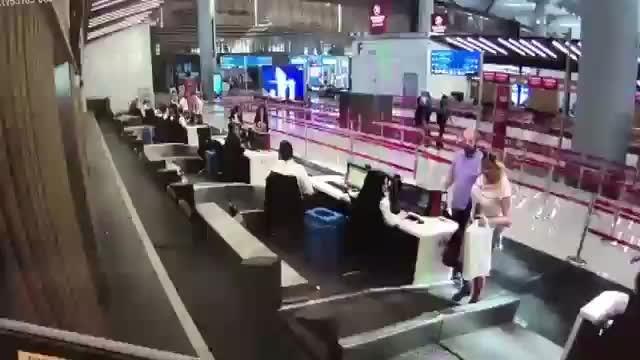 İstanbul Havalimanı'nda bagaj bandına girmeye çalışan kadın