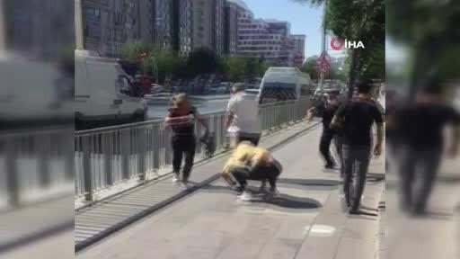 Esenyurt'ta dört kadın bir adamı tekme tokat dövdü!