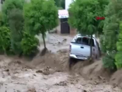 Rize Çayeli'nde sel köprüyü önüne katıp götürdü