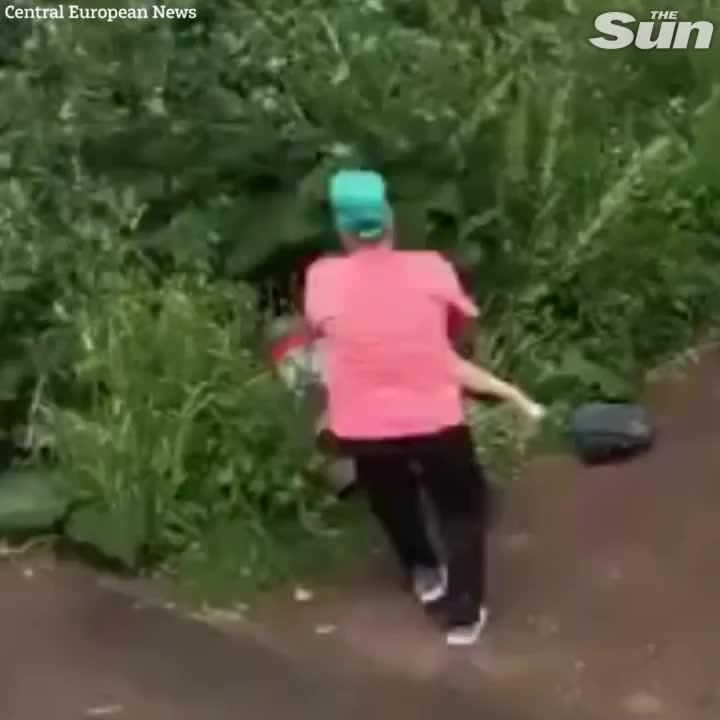 Çalılıkta cinsel ilişkiye giren çifti böyle dövdü!