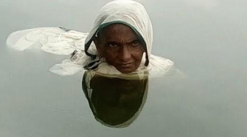 Bu Kadın 20 Yıldır Suyun İçinde Yaşıyor. Nedeni Öğrenince Şok Olacaksınız