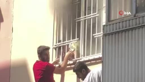 Aydın'da bir evde çıkan yangında mahsur kalan öğrenciyi, mahalle esnafı demir korkuluğu kırıp kurtardı