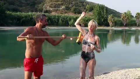Oyuncu Yunus Günçe, eşini araba fırçasıyla köpükleyip tazyikli suyla yıkadı
