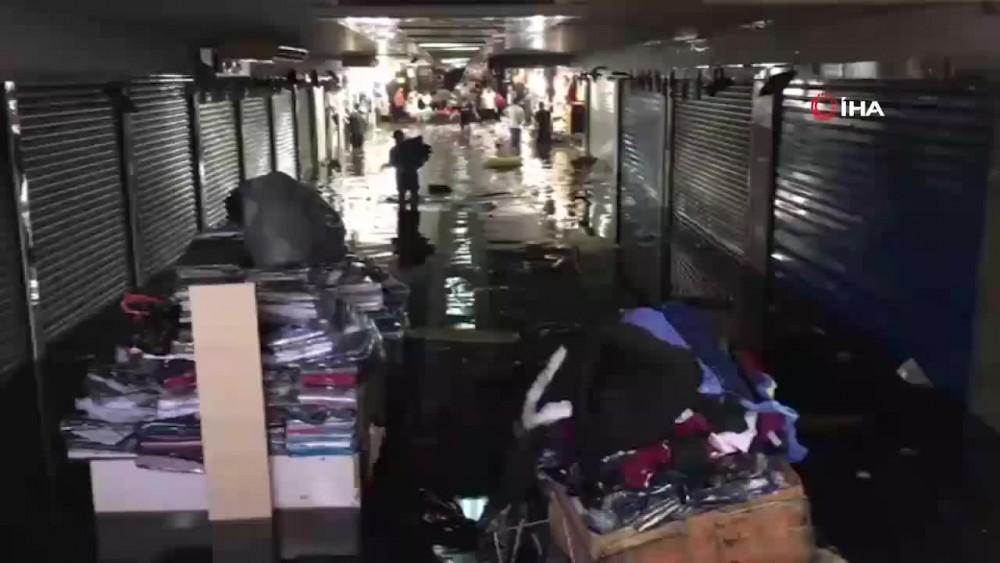 Eminönü alt geçitteki dükkanlar su altında kaldı