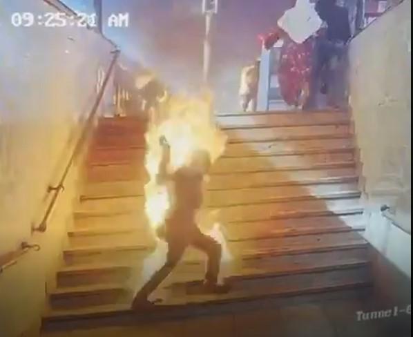 Beyrut'taki patlama esnasında insanların yandığı ana dair yeni görüntüler ortaya çıktı