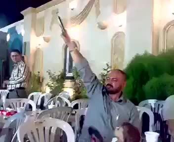 Minik çocuk babasını düğünde böyle vurdu.. Saniye saniye o anlar..
