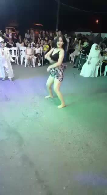 Sünnet düğününde, tesettürlü annenin ve çocukların önünde ateşli twerk! Sosyal medya yıkıldı!