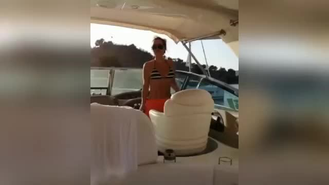 Seren Serengil'den teknede bikinili şov