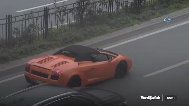 Levent'te yol ortasında bozulan Lamborghini'yi işçiler itekledi