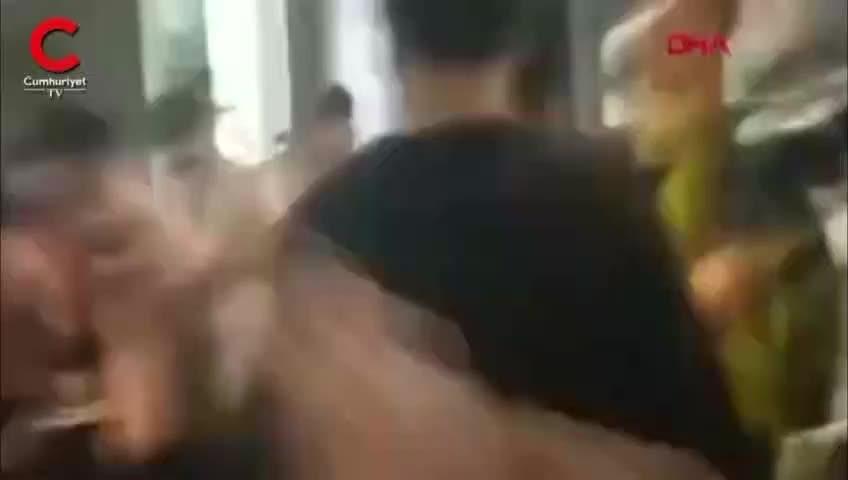 AVM'de dehşet anları kamerada! Meclis üyesinin kulağını ısırarak kopardı