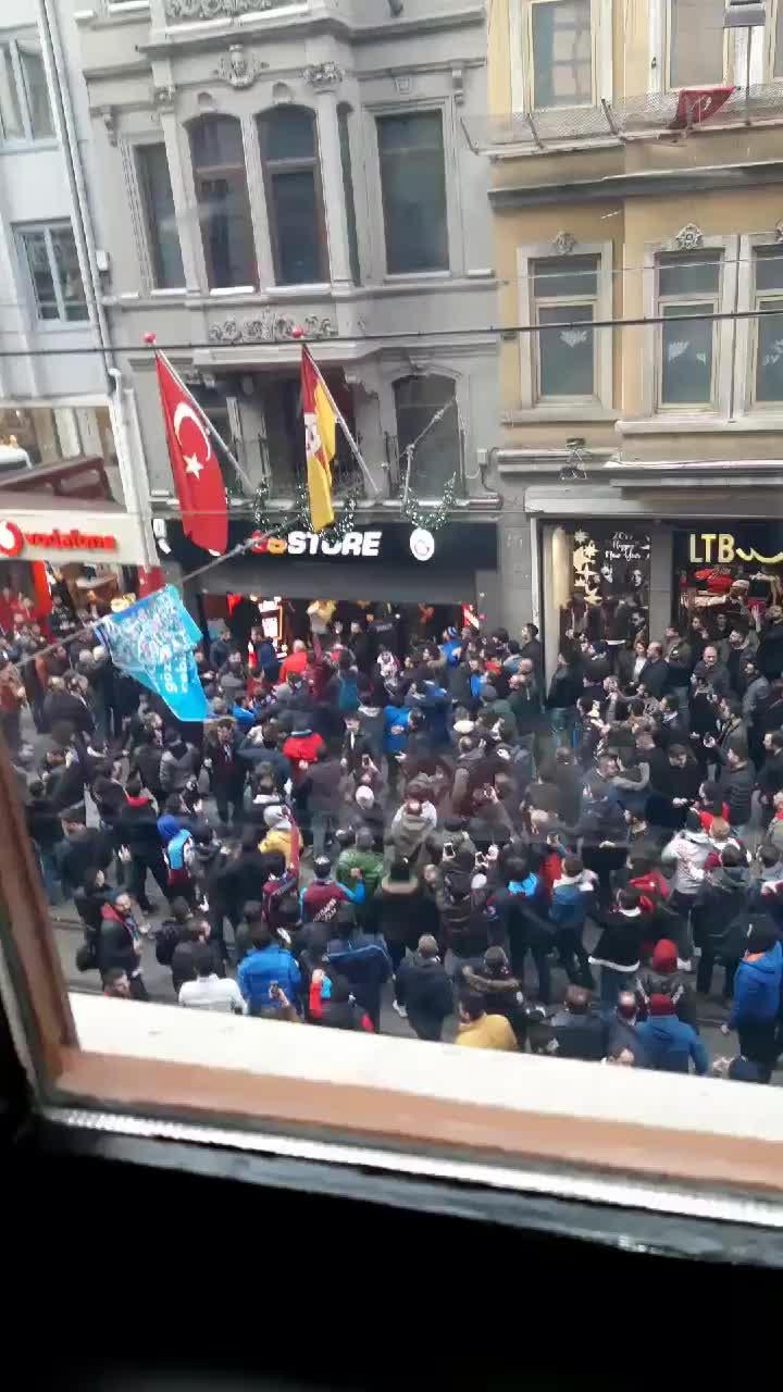 Trabzonsporlu taraftarlar, İstiklal Caddesi'nde GS Store'a saldırdı.