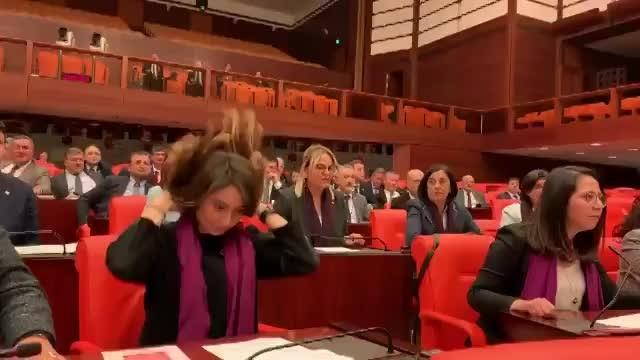 Meclis'te CHP'li kadın vekillerden Süleyman Soylu'ya karşı Las Tesis protestosu